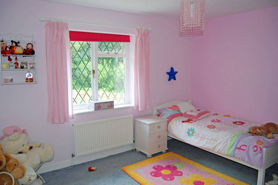ห้องนี้เหมาะสำหรับลูกสาวที่ชื่นชอบตุ๊กตา เน้นพื้นที่นั่งเล่นมากกว่าเตียงนอน จะหยิบจับอะไรมาเทเล่นกันกับเพื่อนๆ ก็สามารถทำได้ โล่ง โปร่ง สบายดีค่ะ.